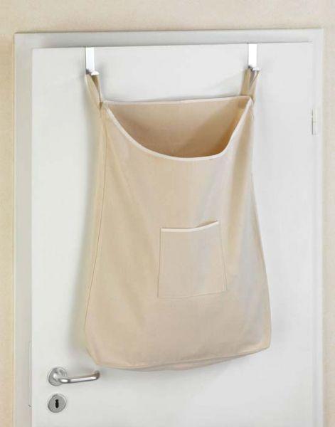 Der Wäschesack hängt mit zwei hochwertigen Edelstahlhaken an der Tür
