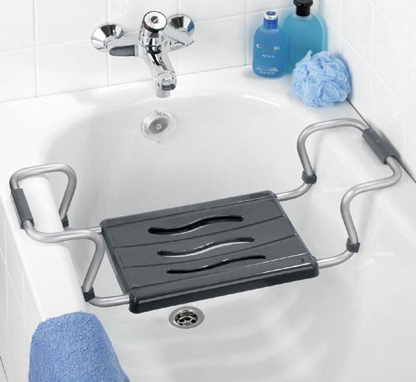 Der Sitz wird einfach an den Badewannenrand eingehängt